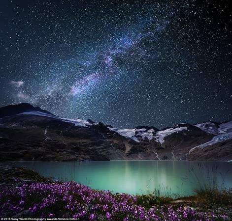 Simone Cmoon (Thụy Sĩ) chụp lại khung cảnh kỳ diệu của dãy Alps dưới trời sao.