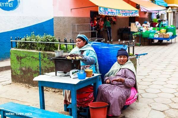 Bạn được khuyên nên thưởng thức các món ăn đường phố để hiểu thêm văn hóa ẩm thực bản địa trong chuyến đi du lịch bụi của mình.