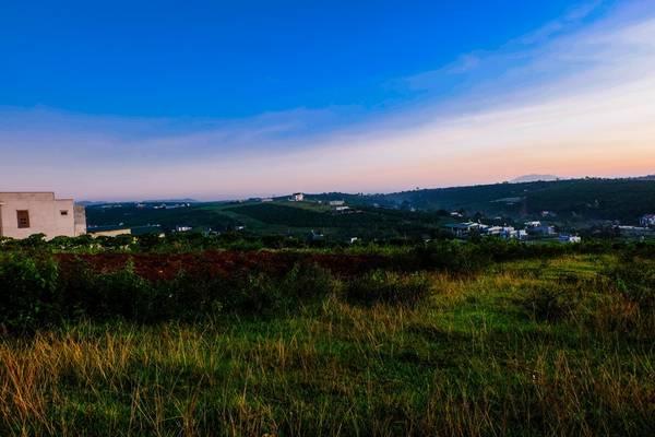 Những dãy đồi nối tiếp nhau, xen kẽ với thung lũng trà và nhà của người dân.