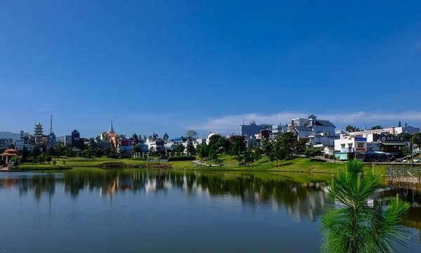 Một góc thành phố Bảo Lộc với hai hồ nước nằm ở vị trí trung tâm tạo nên một không gian rất mát mẻ và bình yên, phía xa là nhà thờ Bảo Lộc uy nghi với kiến trúc rất đẹp và ấn tượng.