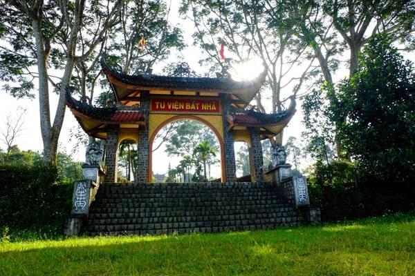 Chúng tôi ghé tham quan tu viện Bát Nhã, một cơ sở tôn giáo rất nổi tiếng ở Bảo Lộc. Không gian nơi đây cực kì trang nghiêm và thanh tịnh.