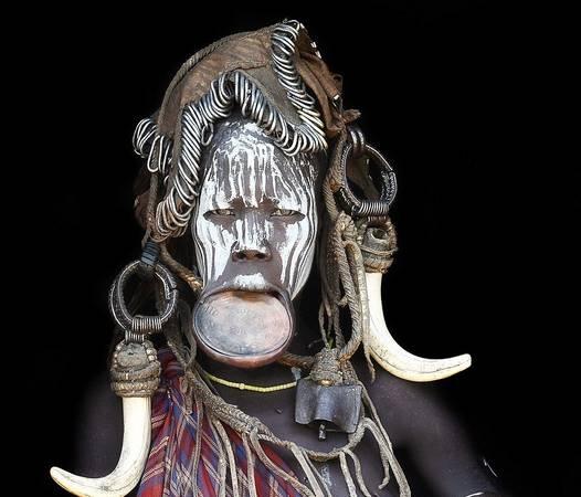 Nhiếp ảnh gia Mario Gerth chu du châu Phi trong suốt 7 năm qua, trải nghiệm cuộc sống của các bộ tộc ở Kenya, Namibia và Ethiopia. Trong ảnh là một phụ nữ thuộc bộ tộc Muri của Ethiopia.