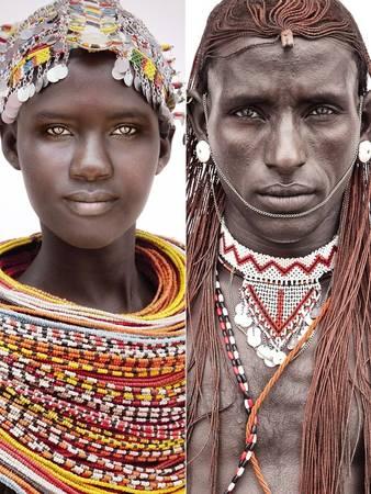 Mario đã gặp các thành viên của tộc Samburu ở Kenya. Họ theo chế độ lão trị, tức là người lớn tuổi có thứ bậc cao nhất trong xã hội. Nam giới thường không kết hôn trước tuổi 30.