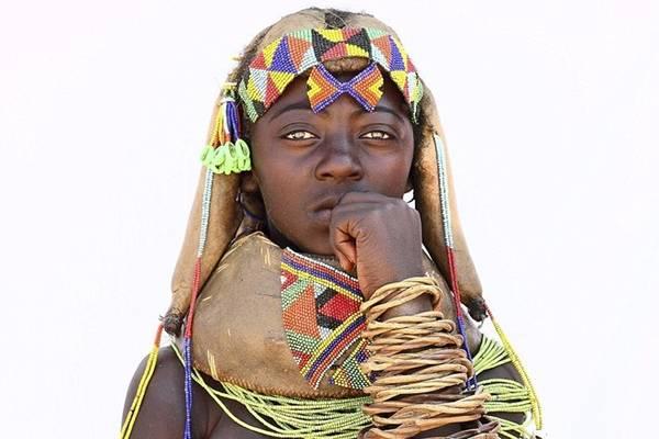 Các phụ nữ thuộc tộc Mumuhuilaare ở Angola thường dành nhiều giờ buổi sáng để trang điểm cho mình thật đẹp. Họ dùng hạt vòng, các loại đá và vỏ ốc để làm đồ trang sức.