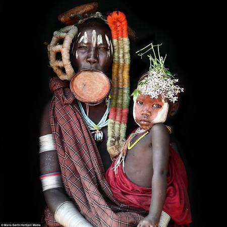 Phụ nữ thuộc bộ tộc Muri đeo các đĩa gốm lớn ở vành môi - biểu tượng của vẻ đẹp, và tự chế màu vẽ cơ thể từ những nguyên liệu thiên nhiên như đá phấn và đất.