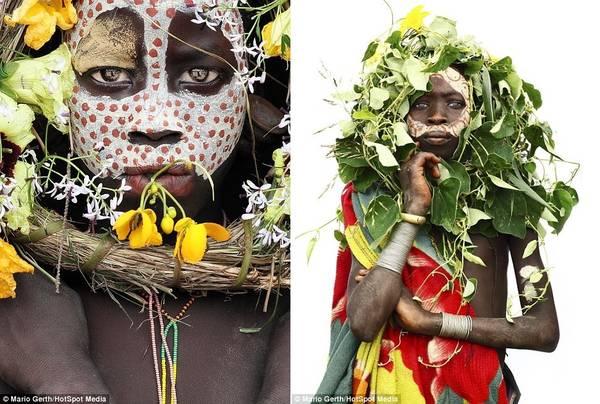 Trẻ em của bộ tộc Surma (Ethiopia) vẽ lên mặt bằng màu làm từ thảo dược trộn lẫn đất sét trắng.