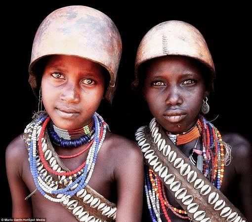 Trẻ em của tộc Arbore đội những chiếc mũ cứng để bảo vệ đầu khỏi ánh nắng chói chang.