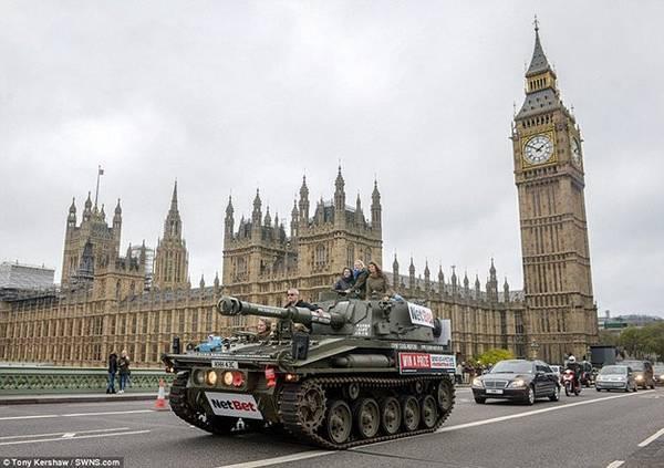 Du khách có thể vi vu trong thành phố khám phá những địa danh, thắng cảnh nổi tiếng thế giới trên những chiếc xe tăng Abbot nặng 17 tấn được trang bị súng ống mà không cần lo nghĩ điều gì hay sợ trộm cướp, mất an toàn!