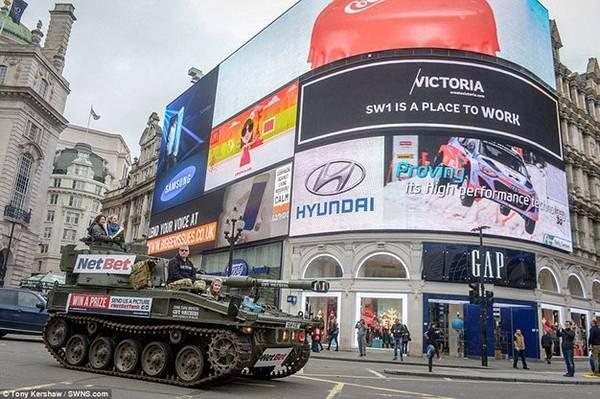 Thế nhưng cũng có người cảm thấy hoảng sợ khi phía sau mình chiếc xe tăng to đùng tiến vào thành phố một cách hiên ngang