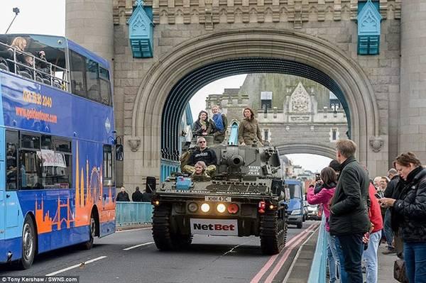 Ngay lập tức, tour xe tăng thu hút sự quan tâm và chú ý của nhiều du khách trong và ngoài nước. Nhiều người dân và khách du lịch khá ngạc nhiên khi thấy xe tăng đưa khách đi tham quan, họ tranh thủ chụp hình và lưu lại những khoảnh khắc có một không hai này.