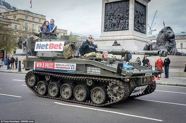 Du khách muốn trải nghiệm loại hình du lịch này có thể đặt tour từ website Tanks a Lot.