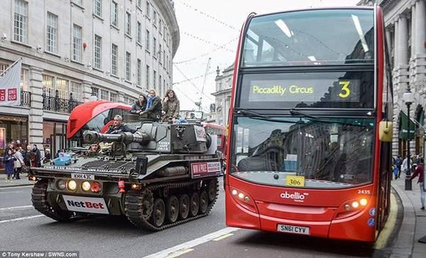 Thế nhưng để trải nghiệm đi xe tăng ngắm cảnh London không phải ai cũng đủ khả năng tài chính để thực hiện được. Du khách phải bỏ ra một khoản chi phí không hề rẻ (khoảng 50,5 triệu đồng) dành cho tour hai người chỉ trong vòng 3 giờ.