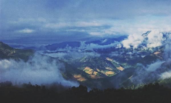Xã Mường Lống nằm trong thung lũng của rặng núi cao gần 1.500 m, gần dãy Trường Sơn.