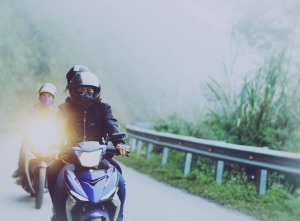 Chúng tôi xuất phát từ thị trấn Mường Xén (huyện Kỳ Sơn, tỉnh Nghệ An) từ sáng sớm nên sương mù dày. Đoạn đường từ đây tới Mường Lống dài 50 km.