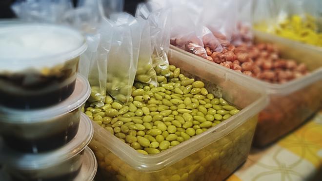 Nho ngâm có vị chua, giòn lạ miệng. Bạn có thể mua từ 1-4 RM (5.300-22.000 đồng).