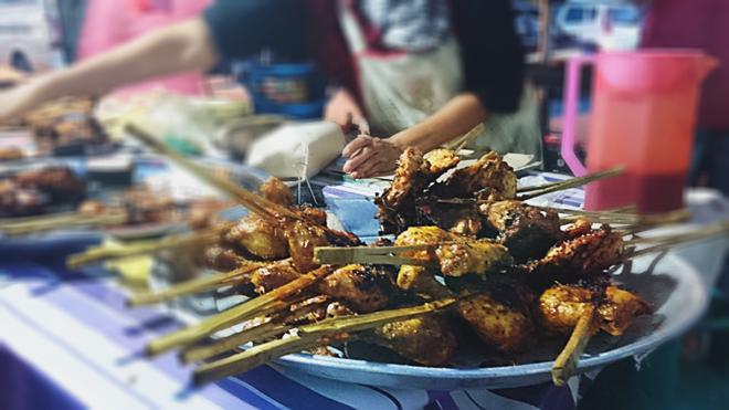 Satay, món thịt xiên được tẩm ướp với đậu phộng và một số loại gia vị đặc trưng rồi đem nướng trên bếp than đỏ rực có giá 1,5 RM một xiên.
