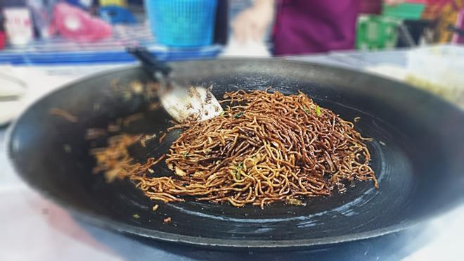 <strong>Bee Hoon</strong> được làm từ bún ăn kèm với nước sốt đen. Một phần bee hoon có giá 1,5 RM.