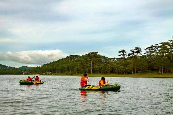 Không khí trên hồ Tuyền Lâm rất mát mẻ và khung cảnh lãng mạn.
