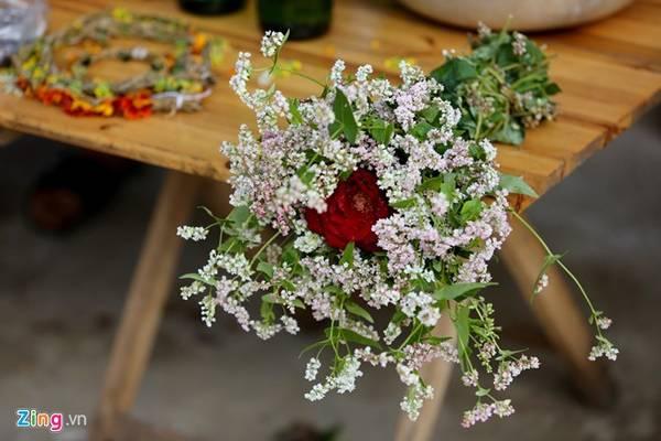 Hoa Tam giác mạch được người dân kết sẵn thành bó như hoa cưới bán cho các đôi bạn trẻ.