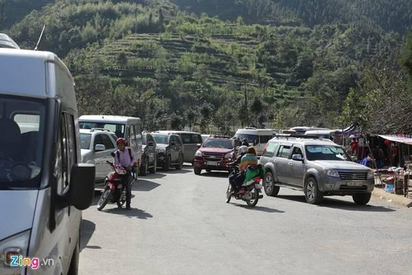 Các con đường gần lối vào, xe con, xe khách xếp hàng dài.