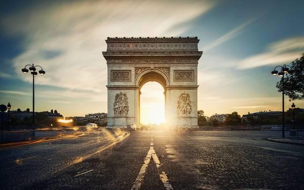 Bình minh trên Khải Hoàn Môn, một trong những biểu tượng lịch sử của nước Pháp, nằm tại quảng trường Étoile.