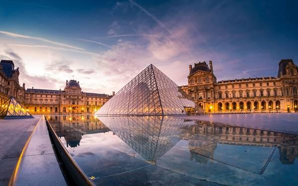 Bảo tàng Louvre với thiết kế ấn tượng, hiện đại.