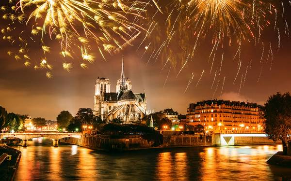 Pháo hoa rực sáng trên nhà thờ Đức Bà Paris, tạo khung cảnh lãng mạn như trong cổ tích.