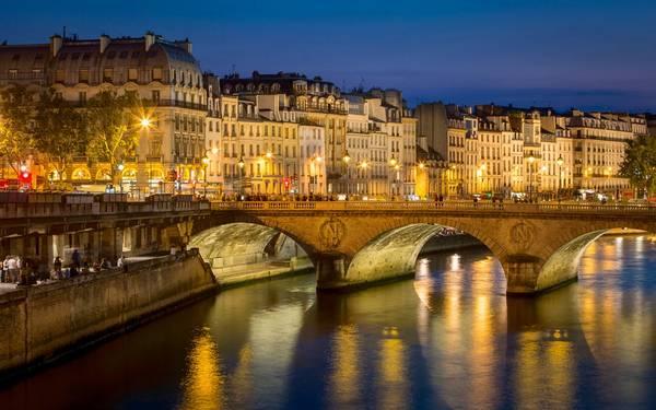 Pont Neuf, cây cầu lâu đời nhất bắc qua sông Seine, là nơi được nhiều du khách yêu thích.