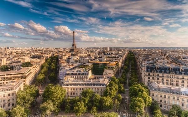 Du khách có thể chiêm ngưỡng Paris từ nóc các tòa nhà cao tầng.