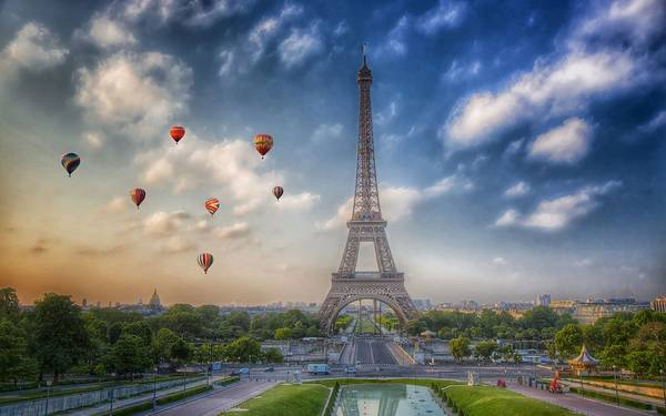 Khí cầu gần tháp Eiffel.