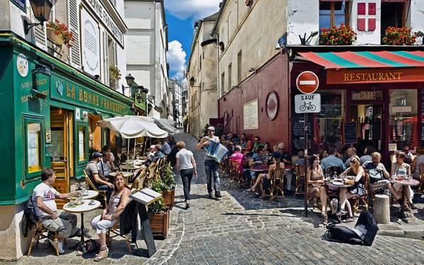 Quận Montmartre lịch sử với khung cảnh rực rỡ, sôi động, là nơi được nhiều du khách tìm đến.