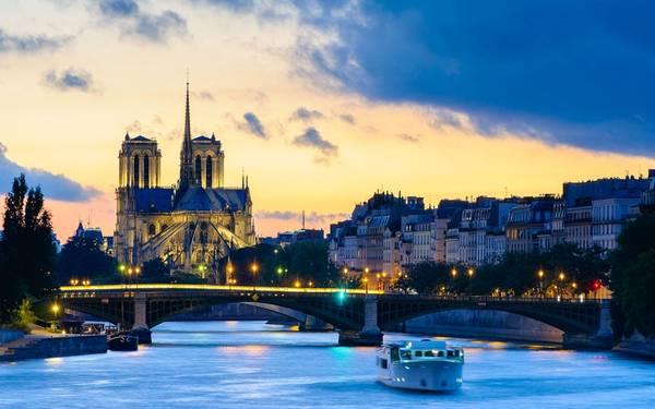 Nhà thờ Đức Bà Paris trong ánh bình minh đang ló rạng.