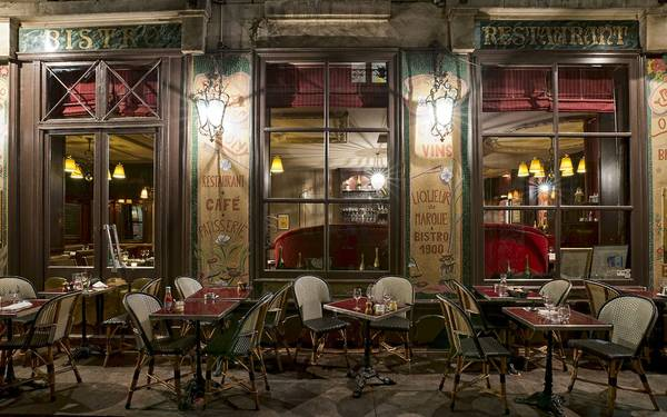 Một quán cà phê vào buổi đêm ở thành phố ánh sáng Paris.