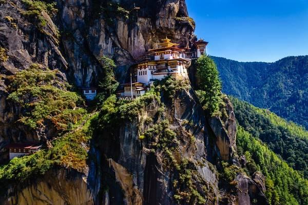 Khi lần đầu leo núi lên tu viện huyền thoại Tiger Nest ở vách núi có độ cao 3.200 m với không khí loãng thiếu oxy, nhiều người Việt gắng sức đến đích bằng niềm tin rằng nếu đặt chân đến nơi Guru Rinpoche từng thiền tịnh sẽ có được sự an lành và hạnh phúc. Ảnh: Nguyễn Thanh Tùng.
