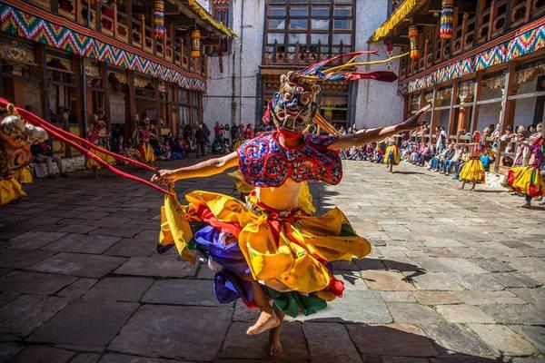 Tsechu là lễ hội phổ biến ở các miền của Bhutan, trong đó chủ yếu là các điệu vũ mặt nạ mang tính xua đuổi ma quỷ và mang lại bình an. Ảnh chụp tại Bumthang, miền Trung Bhutan. Ảnh: Nguyễn Thanh Hải.