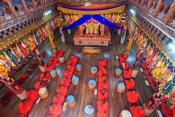 Phật giáo Himalaya hay Kim Cang Thừa là quốc giáo của Bhutan. Phật giáo tạo nên những bản sắc riêng cho văn hóa, lối sống và cả cách trị quốc của người Bhutan. Họ thường sẽ cầu nguyện 3 lần trong ngày: buổi sáng trước khi đi làm đi học, buổi chiều khi đi làm về và buổi tối trước khi đi ngủ. Và khác với một số nước châu Á, bài nguyện của họ không cầu xin cho cá nhân mình mà cầu an cho chúng sinh, nhân loại. Ảnh: Hải Piano.
