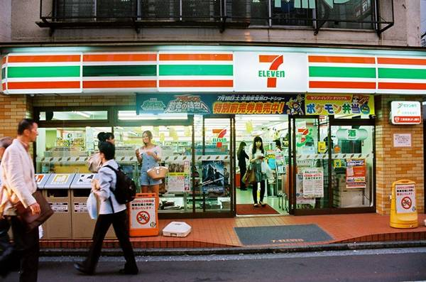 Những cửa háng 7-Eleven: Nhật Bản có hơn 11.000 cửa hàng tiện ích 7-Eleven, bán đủ mọi thứ từ đồ gia dụng, thức ăn tới quần áo. Đặc biệt, các cửa hàng đều có toilet và máy ATM, do đó bạn sẽ không phải vào quán cà phê gọi đồ uống để có thể đi vệ sinh. Ảnh: Urbanresearch/Wordpress.