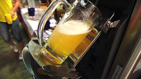 Máy rót bia tự động: Với chiếc máy này, bạn sẽ không cần phải chờ phục vụ tiếp thêm bia cho mình. Cốc bia được nghiêng để đảm bảo có ít bọt nhất. Ảnh: Kuttfree.