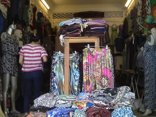 Một gian hàng quần áo ngay cạnh khu chợ Đông Ba. Ảnh: Tuyết Nhung.