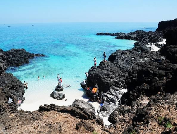 """Vách đá núi lửa tạo """"cánh tay vòng cung"""" trườn mình ra phía biển, tạo thành khung cảnh thơ mộng ở xã đảo An Bình (huyện đảo Lý Sơn, Quảng Ngãi)."""
