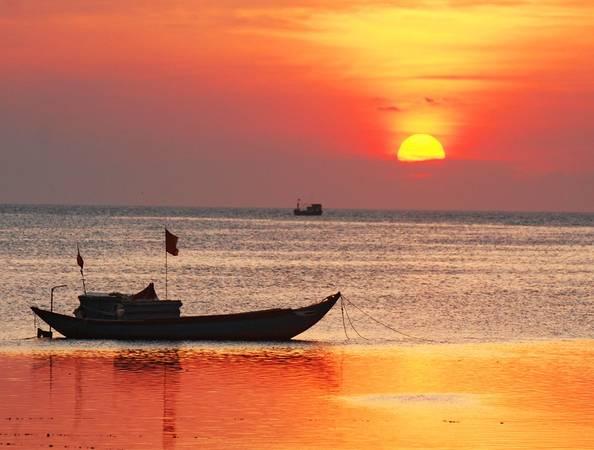 Chiều về, du khách có thể thưởng ngoạn hoàng hôn dát vàng mặt biển.