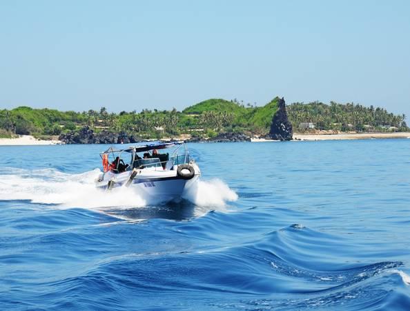 Ca nô lướt sóng đưa du khách thưởng ngoạn trầm tích núi lửa độc đáo quanh đảo An Bình.