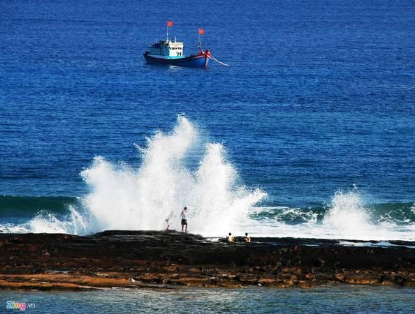 Những đợt sóng vỗ bờ tạo nên khoảnh khắc lý thú.