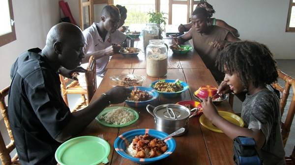 Lễ Tạ Ơn, Liberia: Sau khi đi lễ nhà thờ, các gia đình sẽ tụ họp, cùng thưởng thức gà quay, thịt hầm đậu xanh và sắn nghiền, tất cả đều rất cay. Lễ Tạ Ơn kết thúc với một buổi tối đầy âm nhạc và sôi động. Ảnh:Toptenz.