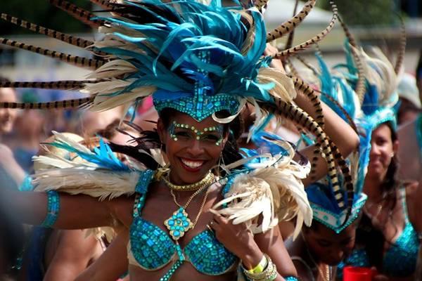 Crop Over, Barbados: Đây là bữa tiệc lớn nhất của người Barbados, kéo dài tới 12 tuần, từ tháng 5 tới tháng 8, kết thúc với lễ Grand Kadooment quan trọng. Được tổ chức từ những năm 1780, ban đầu Crop Over là lễ mừng mùa thu hoạch mía. Trong lễ hội kéo dài này, nổi bật nhất là những buổi diễu hành carnival, các ban nhạc biểu diễn những vũ điệu vui tươi cùng các vũ công tuyệt đẹp. Ảnh: Panamericanworld.