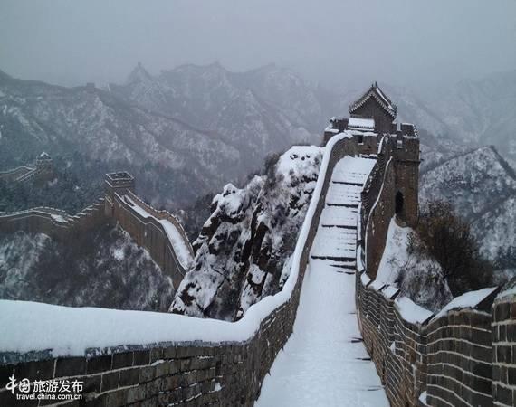 Và chắc chắn rằng, hình ảnh Vạn Lý Trường Thành sừng sững và hùng vĩ giữa trời tuyết sẽ mang tới cho du khách những ấn tượng khó phai. Ảnh: Zhongguo Wang