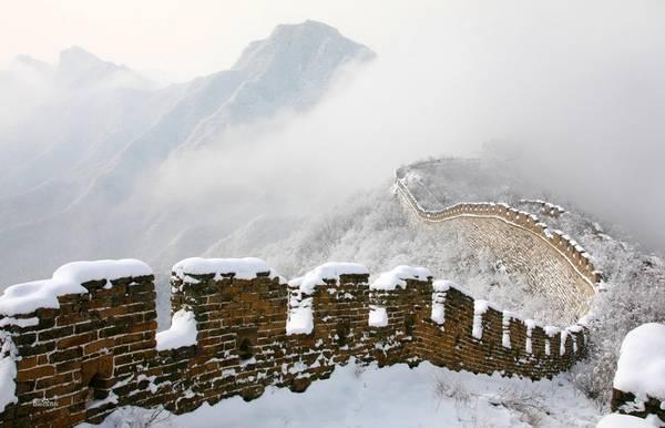 Nếu được ngắm Vạn Lý Trường Thành phủ trắng tuyết trắng, du khách sẽ có cảm giác như nhiếp ảnh gia chỉ cần bấm máy là đã có một bức ảnh tuyệt đẹp, không cần sự bài trí cầu kỳ. Ảnh: Sina