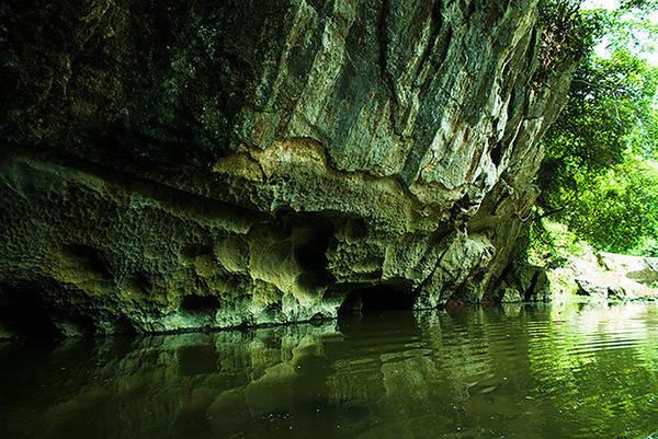Mùa cạn du khách vẫn có thể đi vào hang Luồn
