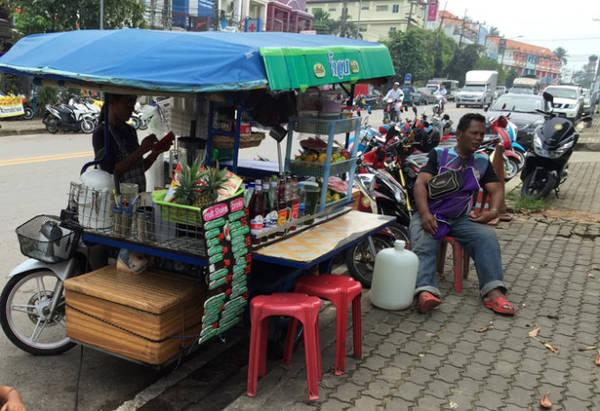 Quầy hoa quả và nước hoa quả trên phố - Ảnh: Thủy OCG