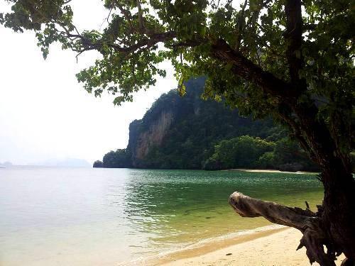 Phong cảnh thanh bình của đảo Koh Pak Bia.
